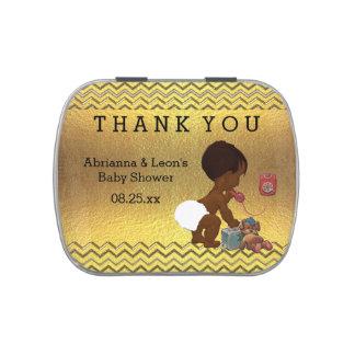 El bebé étnico en el teléfono le agradece latas de caramelos
