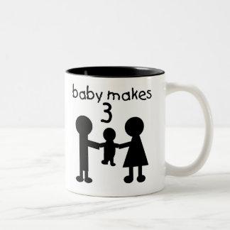 El bebé hace 3 taza de café de dos colores