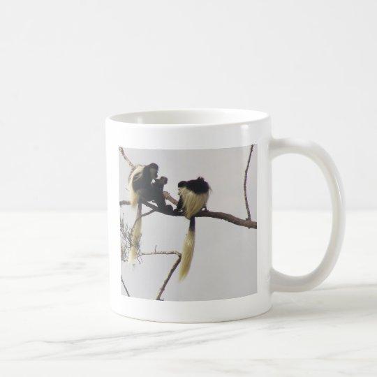 El bebé hace tres taza de café