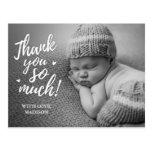 El bebé le agradece las postales