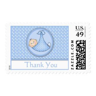 El bebé le agradece sella timbres postales