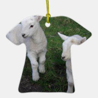 El bebé lindo del rancho de la granja hermana el adorno de cerámica en forma de camiseta
