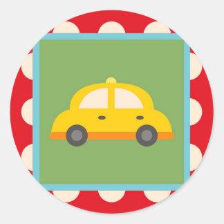 El bebé lindo del tema del transporte del coche pegatina redonda