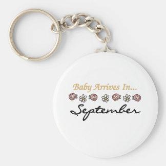 El bebé llega en septiembre llavero redondo tipo pin