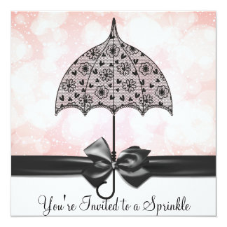 """El bebé negro del rosa del paraguas del cordón invitación 5.25"""" x 5.25"""""""
