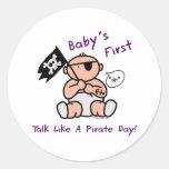 El bebé primero habla como un día del pirata etiqueta redonda