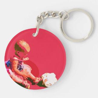 el bebé que sentaba y que jugaba pascua rosada llavero redondo acrílico a doble cara