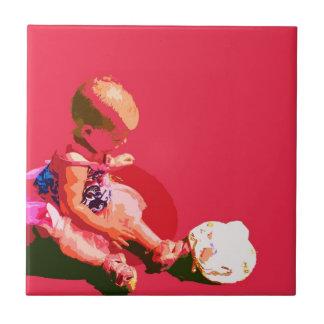 el bebé que sentaba y que jugaba pascua rosada pos azulejo cuadrado pequeño