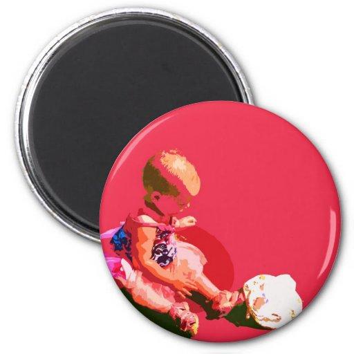 el bebé que sentaba y que jugaba pascua rosada pos imán de frigorifico
