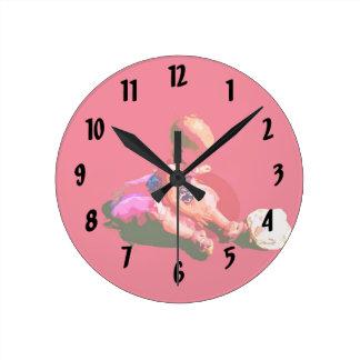 el bebé que sentaba y que jugaba pascua rosada pos reloj redondo mediano