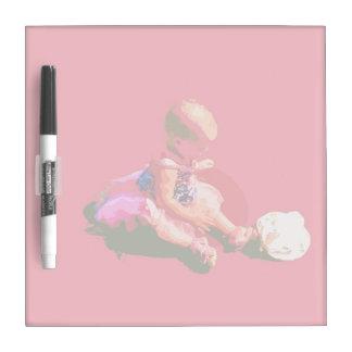 el bebé que sentaba y que jugaba pascua rosada pos tableros blancos