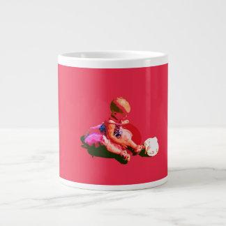 el bebé que sentaba y que jugaba pascua rosada pos taza de café gigante