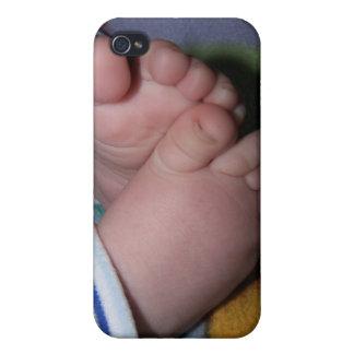 El bebé toca con la punta del pie el caso del ipho iPhone 4 fundas