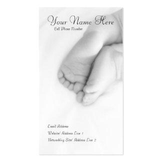 El bebé toca con la punta del pie la tarjeta del p plantilla de tarjeta personal
