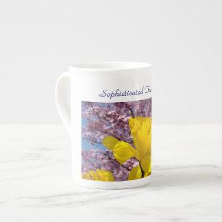 El bebedor sofisticado del té asalta narcisos de l taza de china