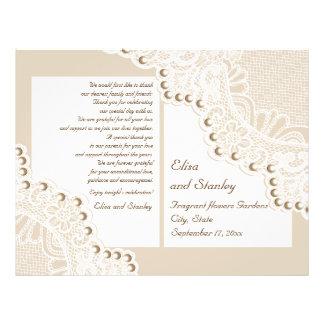"""El beige blanco del cordón y de las perlas dobló folleto 8.5"""" x 11"""""""