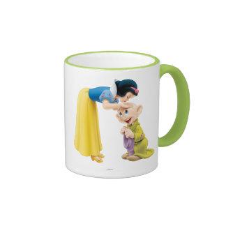 El besarse blanco como la nieve narcotizado en la taza de dos colores