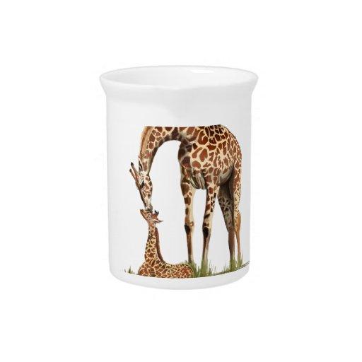 El besarse de la jirafa y del becerro del bebé jarras de beber