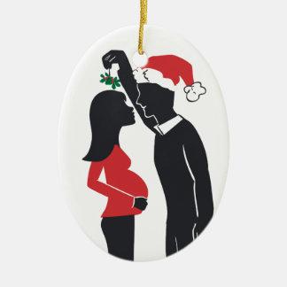 El besarse de la mamá del ornamento del embarazo adorno navideño ovalado de cerámica