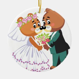 El besarse de los osos de peluche de la boda adorno navideño redondo de cerámica
