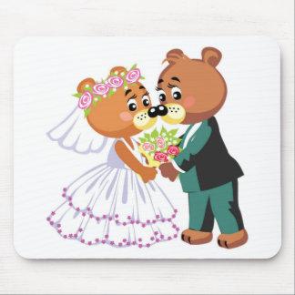 El besarse de los osos de peluche de la boda alfombrillas de raton