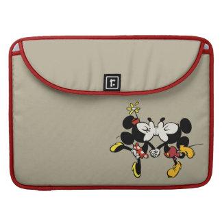 El besarse de Mickey y de Minnie Funda Macbook Pro