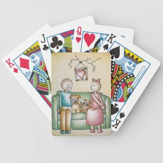 El besarse divertido y muchacho del chica de los barajas de cartas