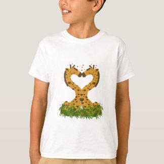 El besarse en forma de corazón de las jirafas playera