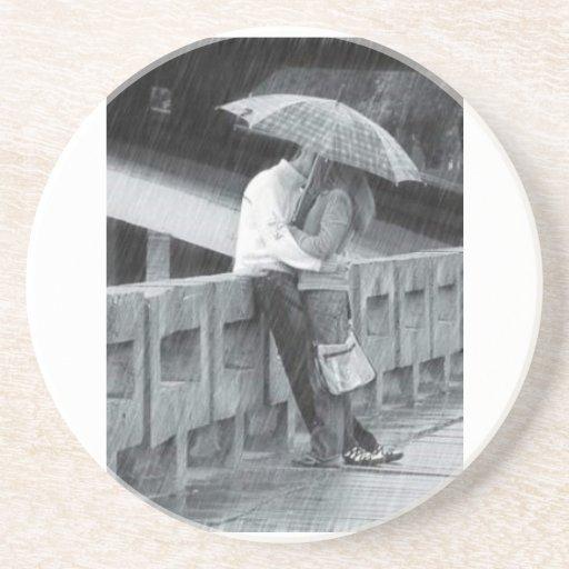 El besarse en la lluvia posavasos para bebidas