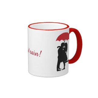 El besarse en la lluvia taza de dos colores