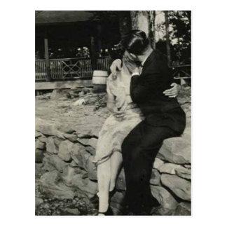 El besarse en la pared de piedra postales