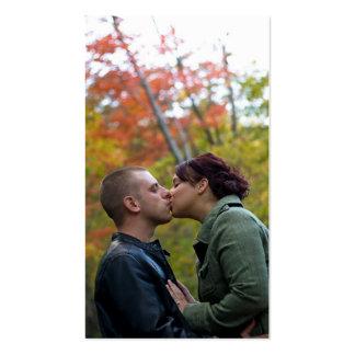 El besarse joven de los pares tarjetas de visita