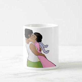 El besarse raro de las señoras (del segundo mango) taza clásica