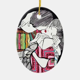 El beso adorno navideño ovalado de cerámica