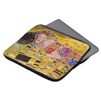 El beso de Gustavo Klimt arte Nouveau del vintage Fundas Ordendadores