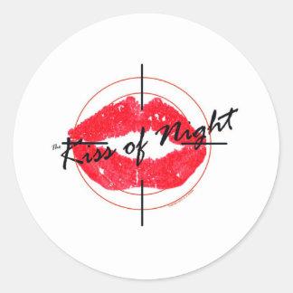 El beso de la noche pegatina redonda