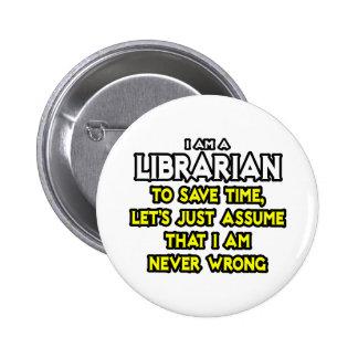 El bibliotecario… asume que nunca soy incorrecto pin redondo de 2 pulgadas