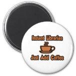 El bibliotecario inmediato… apenas añade el café imán de nevera