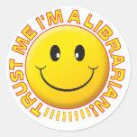 El bibliotecario me confía en sonriente