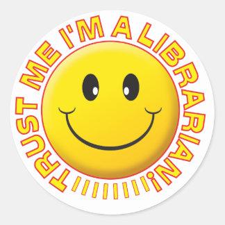 El bibliotecario me confía en sonriente pegatinas redondas