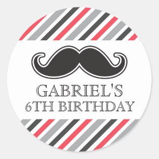 El bigote de la diversión con gris rojo raya a la pegatina redonda