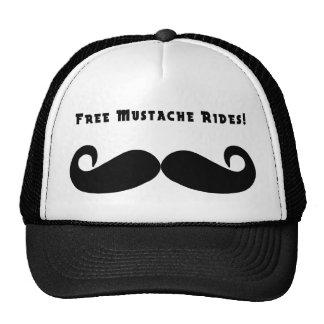 El bigote libre monta el gorra