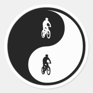 El Biking de la montaña de Yin Yang Etiquetas Redondas