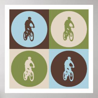 El Biking de la montaña del arte pop Posters