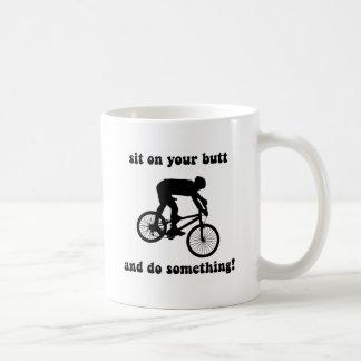 El biking divertido de la montaña tazas de café