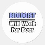 El biólogo… trabajará para la cerveza pegatina redonda