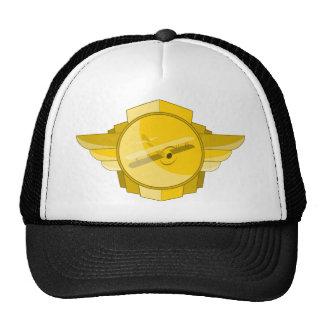 El biplano se va volando el gorra