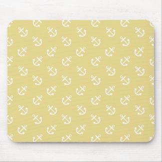 El blanco ancla el modelo amarillo del fondo de tapete de ratones