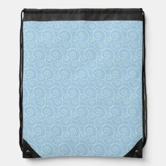 El blanco apacible remolina en azules cielos mochilas