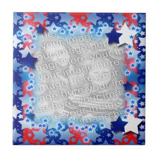 El blanco azul protagoniza rayas azules rojas azulejo cuadrado pequeño